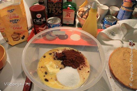 """Всем доброго времени суток! Ко дню рождения мужа состряпала тортик, конечно же рецепт взят из интернета. Тесто делается быстро и легко, главное заранее приготовить форму и разогреть духовку, чтобы бисквит был воздушным.. Очень нежный и безумно вкусный тортик!!!!<br /> <br /> Форму для бисквита смазать сливочным маслом и обсыпать мукой (если нет пергамента). Духовку разогреть до 180*<br /> <br /> Для теста : 1ст. сахара, 1ст. муки, 4 яйца, ванилин 1ч.л.  <br /> Замес теста: белок+сахар взбить до увеличения в объеме +желток (не останавливая взбивания)+ просеянная мука с ванилином = взбиваем до воздушной пены,  нежно выливаем в форму и сразу отправляем в духовку, на 30-35 минут. Во время выпекания духовку открывать НЕЛЬЗЯ!!!, чтобы тесто не осело! Готовое тесто должно остыть, и потом можно достать из формы. Корж разрезать пополам и пропитать сиропом или коньяком (я использовала """"Амаретто""""). фото 2"""
