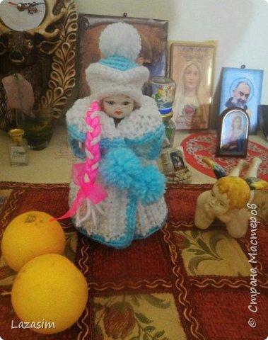 Куколку купила на блошке за 50 чинтезимов. Хозяева спрашивали, когда я буду украшать дом к Рождеству. Сделала Снегурочку. Еле объяснила, что это - внучка Деда Мороза.
