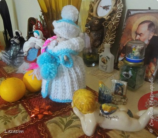 Куколку купила на блошке за 50 чинтезимов. Хозяева спрашивали, когда я буду украшать дом к Рождеству. Сделала Снегурочку. Еле объяснила, что это - внучка Деда Мороза. фото 2