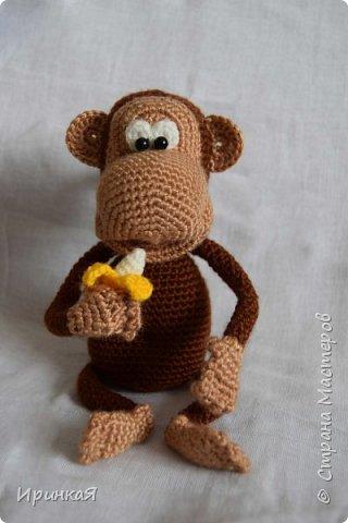 Связалась у меня вот такая обезьянка - символ следующего года. Любительница бананов и пошалить))) фото 1
