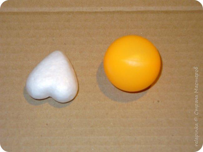 Предлагаю сделать вот такую мартышку :) Это игрушка на ёлку, благодаря загнутому хвостику легко висит на любой веточке. Длина игрушки примерно 12см. Из материалов нам понадобится: шарик 4см в диаметре, сердечко пенопластовое примерно такого же размера что и шарик, толстая проволока, нитки льняные, бубенчик или колокольчик, блестящая сеточка, бумажный скотч, акриловые краски, кисти (белка), губка. Время изготовления 3-4 дня. Если нет пенопластового сердечка, то тельце можно сделать из фольги. фото 2