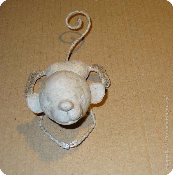 Предлагаю сделать вот такую мартышку :) Это игрушка на ёлку, благодаря загнутому хвостику легко висит на любой веточке.  Длина игрушки примерно 12см.  Из материалов нам понадобится: шарик 4см в диаметре, сердечко пенопластовое примерно такого же размера что и шарик, толстая проволока, нитки льняные, бубенчик или колокольчик, блестящая сеточка, бумажный скотч, акриловые краски, кисти (белка), губка. Время изготовления 3-4 дня.  Если нет пенопластового сердечка, то тельце можно сделать из фольги. фото 17