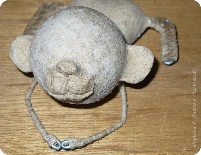 Предлагаю сделать вот такую мартышку :) Это игрушка на ёлку, благодаря загнутому хвостику легко висит на любой веточке.  Длина игрушки примерно 12см.  Из материалов нам понадобится: шарик 4см в диаметре, сердечко пенопластовое примерно такого же размера что и шарик, толстая проволока, нитки льняные, бубенчик или колокольчик, блестящая сеточка, бумажный скотч, акриловые краски, кисти (белка), губка. Время изготовления 3-4 дня.  Если нет пенопластового сердечка, то тельце можно сделать из фольги. фото 18