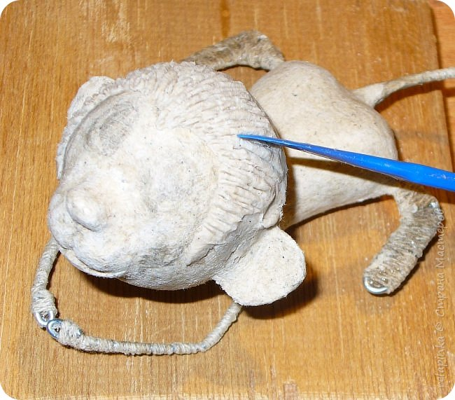 Предлагаю сделать вот такую мартышку :) Это игрушка на ёлку, благодаря загнутому хвостику легко висит на любой веточке.  Длина игрушки примерно 12см.  Из материалов нам понадобится: шарик 4см в диаметре, сердечко пенопластовое примерно такого же размера что и шарик, толстая проволока, нитки льняные, бубенчик или колокольчик, блестящая сеточка, бумажный скотч, акриловые краски, кисти (белка), губка. Время изготовления 3-4 дня.  Если нет пенопластового сердечка, то тельце можно сделать из фольги. фото 20