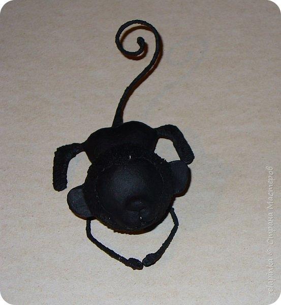 Предлагаю сделать вот такую мартышку :) Это игрушка на ёлку, благодаря загнутому хвостику легко висит на любой веточке.  Длина игрушки примерно 12см.  Из материалов нам понадобится: шарик 4см в диаметре, сердечко пенопластовое примерно такого же размера что и шарик, толстая проволока, нитки льняные, бубенчик или колокольчик, блестящая сеточка, бумажный скотч, акриловые краски, кисти (белка), губка. Время изготовления 3-4 дня.  Если нет пенопластового сердечка, то тельце можно сделать из фольги. фото 22
