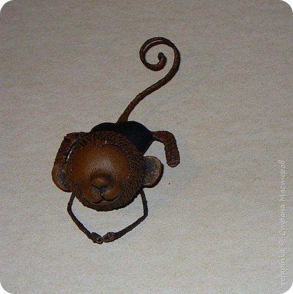 Предлагаю сделать вот такую мартышку :) Это игрушка на ёлку, благодаря загнутому хвостику легко висит на любой веточке.  Длина игрушки примерно 12см.  Из материалов нам понадобится: шарик 4см в диаметре, сердечко пенопластовое примерно такого же размера что и шарик, толстая проволока, нитки льняные, бубенчик или колокольчик, блестящая сеточка, бумажный скотч, акриловые краски, кисти (белка), губка. Время изготовления 3-4 дня.  Если нет пенопластового сердечка, то тельце можно сделать из фольги. фото 23