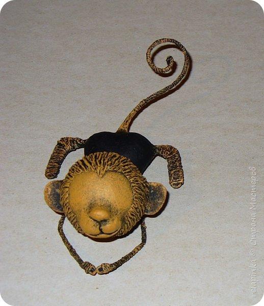 Предлагаю сделать вот такую мартышку :) Это игрушка на ёлку, благодаря загнутому хвостику легко висит на любой веточке. Длина игрушки примерно 12см. Из материалов нам понадобится: шарик 4см в диаметре, сердечко пенопластовое примерно такого же размера что и шарик, толстая проволока, нитки льняные, бубенчик или колокольчик, блестящая сеточка, бумажный скотч, акриловые краски, кисти (белка), губка. Время изготовления 3-4 дня. Если нет пенопластового сердечка, то тельце можно сделать из фольги. фото 24