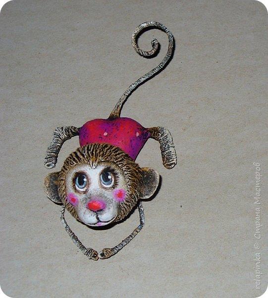 Предлагаю сделать вот такую мартышку :) Это игрушка на ёлку, благодаря загнутому хвостику легко висит на любой веточке. Длина игрушки примерно 12см. Из материалов нам понадобится: шарик 4см в диаметре, сердечко пенопластовое примерно такого же размера что и шарик, толстая проволока, нитки льняные, бубенчик или колокольчик, блестящая сеточка, бумажный скотч, акриловые краски, кисти (белка), губка. Время изготовления 3-4 дня. Если нет пенопластового сердечка, то тельце можно сделать из фольги. фото 26