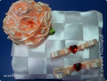 Решила освоить что-то новенькое, а тут как раз попался мне МК с розой. Решила попробовать сделать розу, а следом и подушечку.  Роза и сама подушечка выполнена из атласных лент.  фото 4