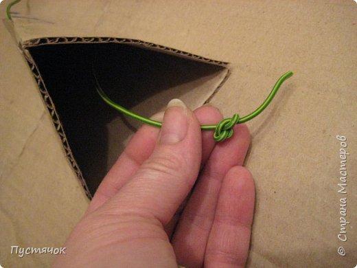 Здравствуйте все !  С прошлого года остался фотоматериал по изготовлению елочек-пирамидок-топиарчиков.    А я их  не показала из-за отсутствия хороших фотографий готовых пирамидок. Но подумала и решила всё-таки выставить МК, ведь главное в МК не демонстрация конечного результата (хотя и это тоже важно), а сам процесс изготовления.  фото 9