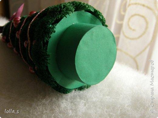 Здравствуйте! Подготовка к Новому году продолжается. Сегодня у меня вот такая ёлочка-малютка. Исполнена в технике квиллинг. Размер ёлочки с подставкой 16 см. Украшена бусинами, а в качестве гирлянды-блестящая нитка.  фото 2