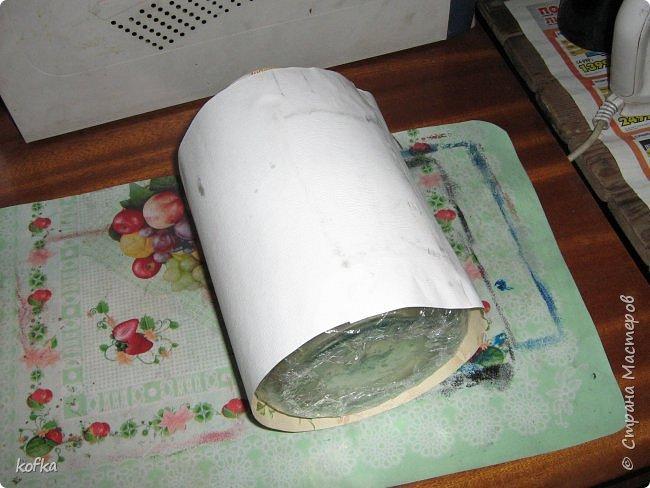 Здравствуйте, дорогие соседи.  Хочу показать процесс создания круглой коробочки-шкатулки из тонкого, всем доступного, картона. Таким способом можно создать объект любого размера, что дает много возможностей, потому как многие привязаны к разным бобинкам от т/б, бумажных полотенец, и т.д. для создания шкатулок и стаканчиков для органайзеров. Еще я нашла способ сделать очень аккуратный стык между стенками и дном изнутри, этого очень сложно добиться, если оклеивать готовое изделие. Темные пятна внутри - это просто еще не просохло, потом их не будет. фото 5