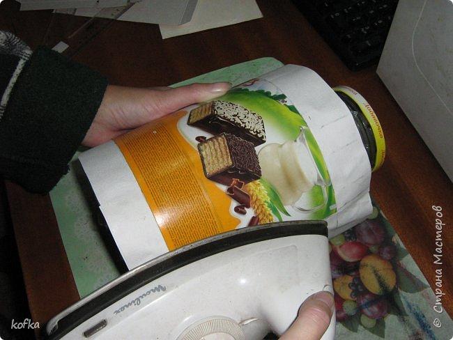 Здравствуйте, дорогие соседи.  Хочу показать процесс создания круглой коробочки-шкатулки из тонкого, всем доступного, картона. Таким способом можно создать объект любого размера, что дает много возможностей, потому как многие привязаны к разным бобинкам от т/б, бумажных полотенец, и т.д. для создания шкатулок и стаканчиков для органайзеров. Еще я нашла способ сделать очень аккуратный стык между стенками и дном изнутри, этого очень сложно добиться, если оклеивать готовое изделие. Темные пятна внутри - это просто еще не просохло, потом их не будет. фото 7