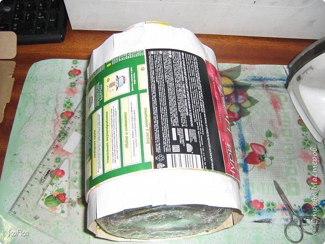 Здравствуйте, дорогие соседи.  Хочу показать процесс создания круглой коробочки-шкатулки из тонкого, всем доступного, картона. Таким способом можно создать объект любого размера, что дает много возможностей, потому как многие привязаны к разным бобинкам от т/б, бумажных полотенец, и т.д. для создания шкатулок и стаканчиков для органайзеров. Еще я нашла способ сделать очень аккуратный стык между стенками и дном изнутри, этого очень сложно добиться, если оклеивать готовое изделие. Темные пятна внутри - это просто еще не просохло, потом их не будет. фото 9