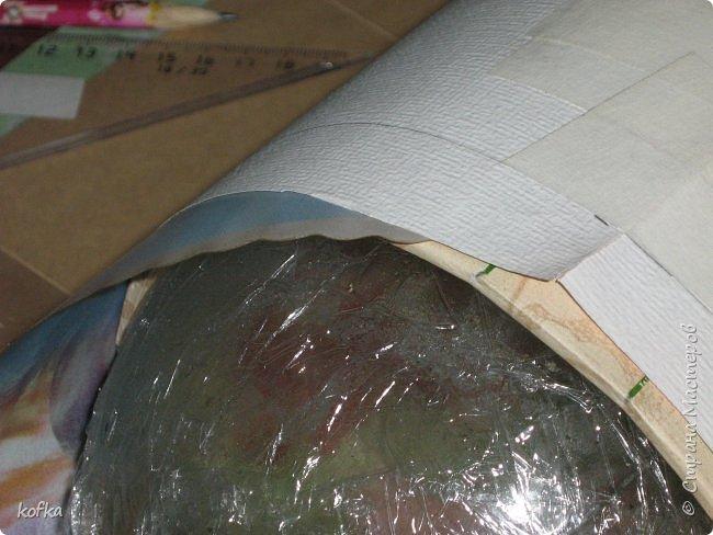 Здравствуйте, дорогие соседи.  Хочу показать процесс создания круглой коробочки-шкатулки из тонкого, всем доступного, картона. Таким способом можно создать объект любого размера, что дает много возможностей, потому как многие привязаны к разным бобинкам от т/б, бумажных полотенец, и т.д. для создания шкатулок и стаканчиков для органайзеров. Еще я нашла способ сделать очень аккуратный стык между стенками и дном изнутри, этого очень сложно добиться, если оклеивать готовое изделие. Темные пятна внутри - это просто еще не просохло, потом их не будет. фото 11