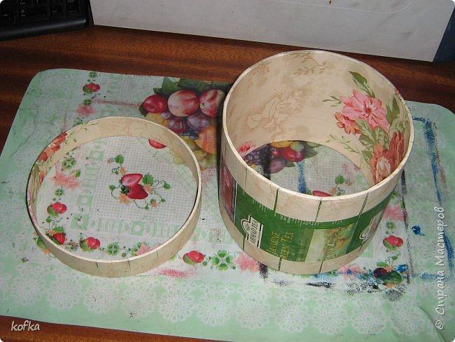 Здравствуйте, дорогие соседи.  Хочу показать процесс создания круглой коробочки-шкатулки из тонкого, всем доступного, картона. Таким способом можно создать объект любого размера, что дает много возможностей, потому как многие привязаны к разным бобинкам от т/б, бумажных полотенец, и т.д. для создания шкатулок и стаканчиков для органайзеров. Еще я нашла способ сделать очень аккуратный стык между стенками и дном изнутри, этого очень сложно добиться, если оклеивать готовое изделие. Темные пятна внутри - это просто еще не просохло, потом их не будет. фото 12