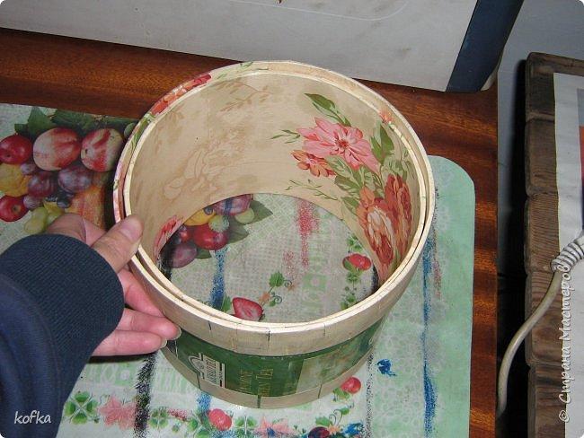 Здравствуйте, дорогие соседи.  Хочу показать процесс создания круглой коробочки-шкатулки из тонкого, всем доступного, картона. Таким способом можно создать объект любого размера, что дает много возможностей, потому как многие привязаны к разным бобинкам от т/б, бумажных полотенец, и т.д. для создания шкатулок и стаканчиков для органайзеров. Еще я нашла способ сделать очень аккуратный стык между стенками и дном изнутри, этого очень сложно добиться, если оклеивать готовое изделие. Темные пятна внутри - это просто еще не просохло, потом их не будет. фото 13