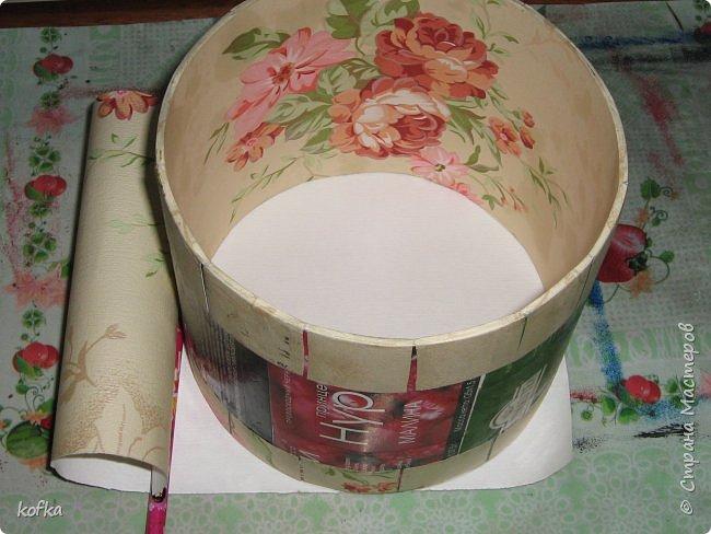 Здравствуйте, дорогие соседи.  Хочу показать процесс создания круглой коробочки-шкатулки из тонкого, всем доступного, картона. Таким способом можно создать объект любого размера, что дает много возможностей, потому как многие привязаны к разным бобинкам от т/б, бумажных полотенец, и т.д. для создания шкатулок и стаканчиков для органайзеров. Еще я нашла способ сделать очень аккуратный стык между стенками и дном изнутри, этого очень сложно добиться, если оклеивать готовое изделие. Темные пятна внутри - это просто еще не просохло, потом их не будет. фото 14