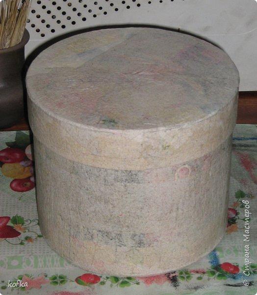 Здравствуйте, дорогие соседи.  Хочу показать процесс создания круглой коробочки-шкатулки из тонкого, всем доступного, картона. Таким способом можно создать объект любого размера, что дает много возможностей, потому как многие привязаны к разным бобинкам от т/б, бумажных полотенец, и т.д. для создания шкатулок и стаканчиков для органайзеров. Еще я нашла способ сделать очень аккуратный стык между стенками и дном изнутри, этого очень сложно добиться, если оклеивать готовое изделие. Темные пятна внутри - это просто еще не просохло, потом их не будет. фото 17