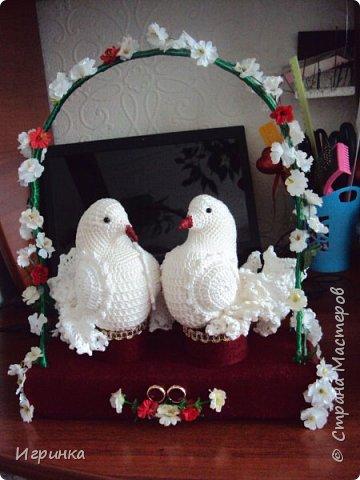 Здравствуйте друзья! В подарок молодоженам связала вот такую парочку голубей. Голуби связаны по МК Леночки Макеенковой (ЯМИ).  Подиум остался от вязаных молодоженов, только обновила его . Хотела посадить голубей в гнёздышко, но не нашла ничего подходящего для гнезда, в корзинке тоже не захотели сидеть, поэтому так. фото 1