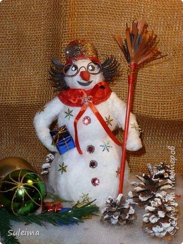 Доброго всем дня, утра, вечера и ночи! Сегодня хочу поделиться с вами секретом создания вот такого снеговика. Мастер класс был создан спонтанно, местами с обрывками, но я их восполнила. Времени на такого снеговичка у меня было всего 2 часа, я очень торопилась, много идей по его декору не осуществила, но с радостью с Вами ими поделюсь.... фото 2
