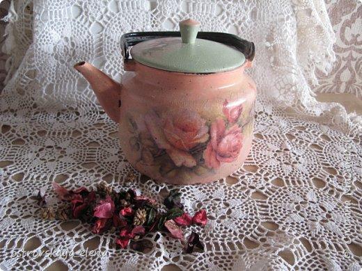 """И снова, здравствуйте, дорогие соседи, друзья!  Сегодня у меня опять различные изделия и техники... Все, что сейчас делаю - делаю для себя в дом. И как оказалось, всего нужно много))) и разного! Начну с чайника. Для полива цветов я задумала сделать на каждый подоконник некую """"тару"""" под воду...Пока готов вот этот """"старый"""" чайник."""