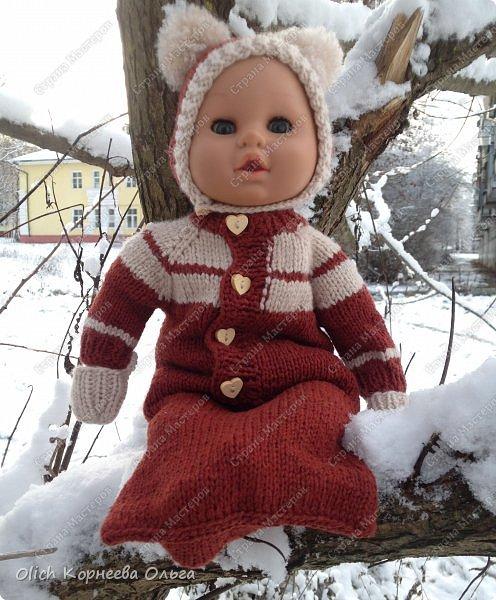 Доброго времени суток! А давайте порадуем наших дочурок и их любимых куколок, свяжем им теплый комплект на зиму: конверт, шапочку и рукавички. Я вчера закончила эту работу и вечером пошел снег - это знак :) фото 1