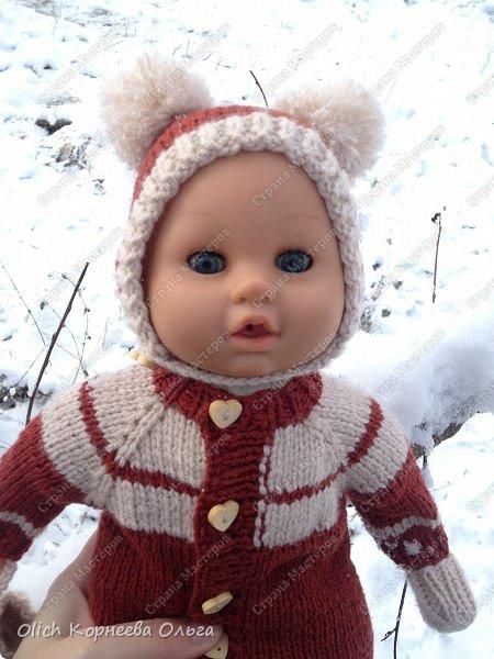 Доброго времени суток! А давайте порадуем наших дочурок и их любимых куколок, свяжем им теплый комплект на зиму: конверт, шапочку и рукавички. Я вчера закончила эту работу и вечером пошел снег - это знак :) фото 4