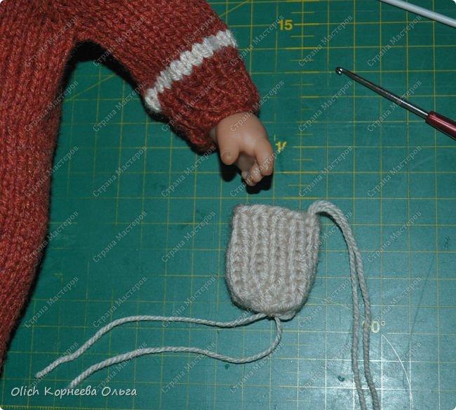 Доброго времени суток! А давайте порадуем наших дочурок и их любимых куколок, свяжем им теплый комплект на зиму: конверт, шапочку и рукавички. Я вчера закончила эту работу и вечером пошел снег - это знак :) фото 56