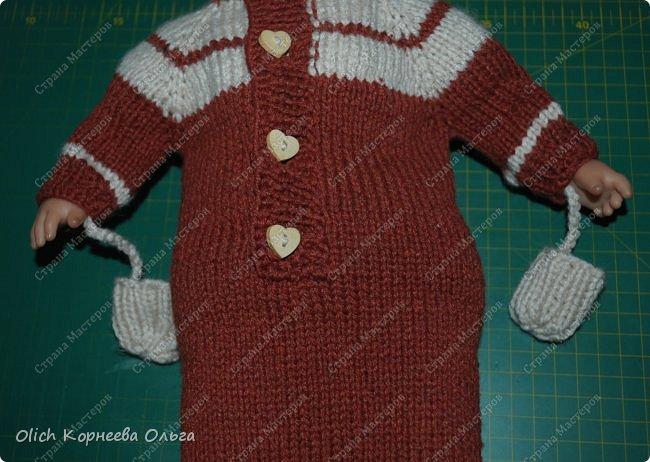 Доброго времени суток! А давайте порадуем наших дочурок и их любимых куколок, свяжем им теплый комплект на зиму: конверт, шапочку и рукавички. Я вчера закончила эту работу и вечером пошел снег - это знак :) фото 58