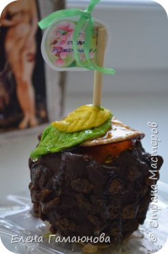 Яблоко + шоколад + изюм + корица + арахис + сушеная долька апельсина + листики из мастики + медовая карамель. Съедобное все кроме палочки и открытки с бантиком. Упаковка - мешочек из мешковины   фото 2