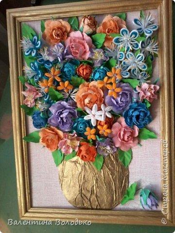 Здравствуйте мастера и мастерицы Страны Мастеров!!!Сделала еще один летний букет.Осень уже надоела.Хочется тепла,а впереди еще долгая зима.Так,что снова яркие цветы. У меня появилась плотная бумага и ее можно было смачивать,вот я и воспользовалась МК Астории чтобы сделать розочки и другие цветочки.Хочется сделать что то новое,а получаются букеты на один манер. фото 2