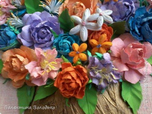 Здравствуйте мастера и мастерицы Страны Мастеров!!!Сделала еще один летний букет.Осень уже надоела.Хочется тепла,а впереди еще долгая зима.Так,что снова яркие цветы. У меня появилась плотная бумага и ее можно было смачивать,вот я и воспользовалась МК Астории чтобы сделать розочки и другие цветочки.Хочется сделать что то новое,а получаются букеты на один манер. фото 3