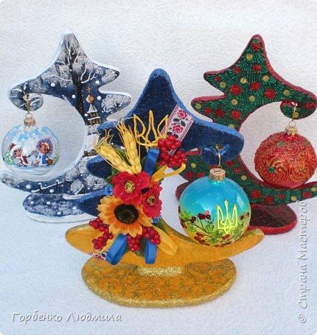 Доброе утро,Страна!Новогодний марафон продолжается и у меня!))) Тема Нового года для меня очень близка,поскольку работаю я на фабрике ёлочных игрушек разрисовщиком этих самых игрушек!)))Именно опыт работы в данной сфере позволил мне сотворить вот такие ёлки-подвески для шаров! Мой мастер-класс здесь https://stranamasterov.ru/node/985879 фото 23