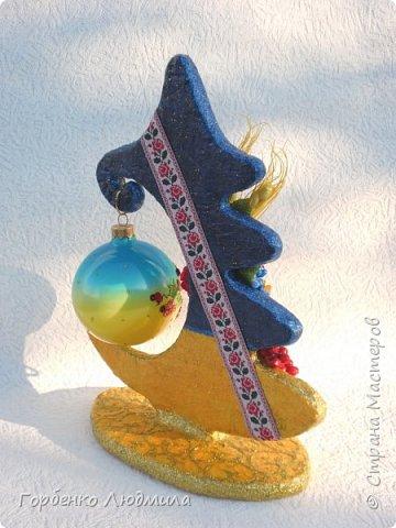 Доброе утро,Страна!Новогодний марафон продолжается и у меня!))) Тема Нового года для меня очень близка,поскольку работаю я на фабрике ёлочных игрушек разрисовщиком этих самых игрушек!)))Именно опыт работы в данной сфере позволил мне сотворить вот такие ёлки-подвески для шаров! Мой мастер-класс здесь https://stranamasterov.ru/node/985879 фото 20