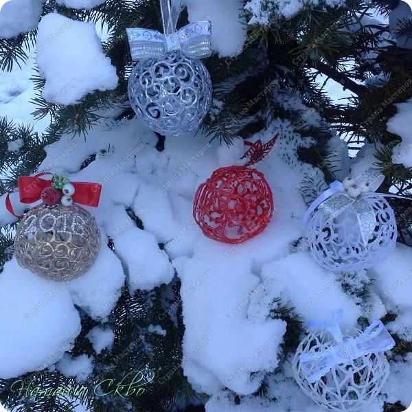 Всем доброго времени суток! Хочу показать быстрый, дешёвый способ создать эксклюзивное новогоднее украшение- ажурные шары.  фото 2