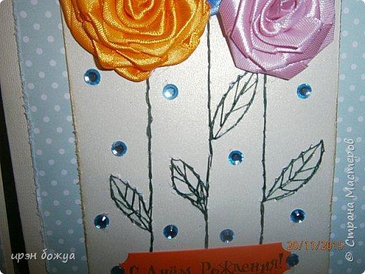 Показываю свои новые творения. В октябре делала себе свадебный букет на серебряную свадьбу. Освоила цветы из лент ( https://stranamasterov.ru/node/962643 ). В Интернете увидела открытки, только цветы там были другие из ткани. Решила попробовать. Вот результат. фото 3