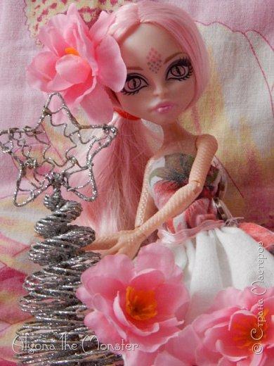 """Приветствую!  Сегодня мы устраиваем конкурс """"Новогоднее чудо""""! Этот конкурс про то, что все желания, загаданные в новый год, обязательно сбудутся! Давайте поверим в волшебство Нового Года! Куклам тоже хочется устроить праздник! Давайте поможем им в этом! Суть конкурса в том, чтобы сшить, связать, склеить, или как-либо сделать кукольный Новогодний костюм, и устроить для них Новый Год! Вы можете придумать историю, сделать несколько нарядов, словом - все что угодно, ведь это - Новый Год!!! Победителя я выберу сама. Ну, и о призах: 1-е место - 4 обработанных фото, грамота, открытка. 2-е место - 3 обработанных фото, грамота, открытка. 3-е место - 2 обработанных фото, грамота открытка. Сроки конкурса: 2 декабря - 27 декабря. Итоги и призы: 31 декабря. фото 2"""
