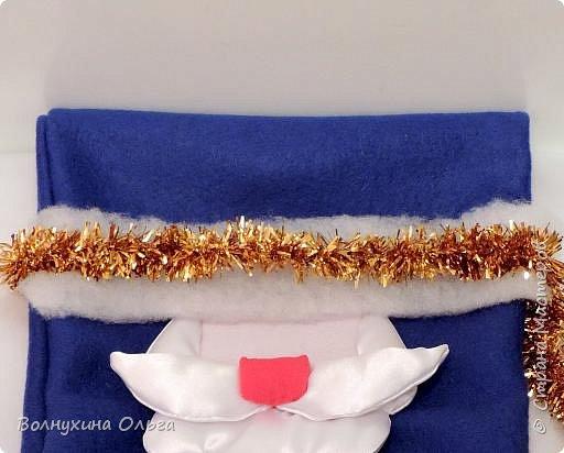 Добро пожаловать на мой мастер-класс: «Мешок для подарков Деда Мороза». Год назад в нашем детском саду был объявлен одноименный конкурс. Думала я, думала, чем таким удивить народ. Как можно украсить мешок необычно? И решила сделать его в виде самого Деда Мороза. В Интернете разные есть варианты. Но нужна была простота, быстрота исполнения, и из имеющихся на тот момент в доме материалов. Вот что из этого вышло: фото 10
