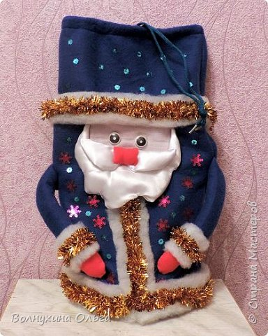 Добро пожаловать на мой мастер-класс: «Мешок для подарков Деда Мороза». Год назад в нашем детском саду был объявлен одноименный конкурс. Думала я, думала, чем таким удивить народ. Как можно украсить мешок необычно? И решила сделать его в виде самого Деда Мороза. В Интернете разные есть варианты. Но нужна была простота, быстрота исполнения, и из имеющихся на тот момент в доме материалов. Вот что из этого вышло: фото 11