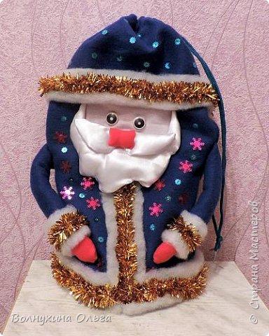 Добро пожаловать на мой мастер-класс: «Мешок для подарков Деда Мороза». Год назад в нашем детском саду был объявлен одноименный конкурс. Думала я, думала, чем таким удивить народ. Как можно украсить мешок необычно? И решила сделать его в виде самого Деда Мороза. В Интернете разные есть варианты. Но нужна была простота, быстрота исполнения, и из имеющихся на тот момент в доме материалов. Вот что из этого вышло: фото 12