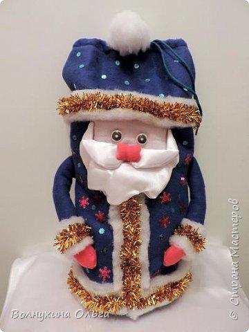 Добро пожаловать на мой мастер-класс: «Мешок для подарков Деда Мороза». Год назад в нашем детском саду был объявлен одноименный конкурс. Думала я, думала, чем таким удивить народ. Как можно украсить мешок необычно? И решила сделать его в виде самого Деда Мороза. В Интернете разные есть варианты. Но нужна была простота, быстрота исполнения, и из имеющихся на тот момент в доме материалов. Вот что из этого вышло: фото 14