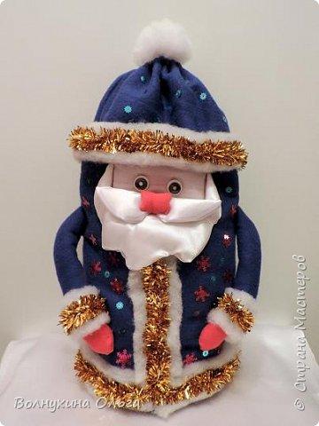 Добро пожаловать на мой мастер-класс: «Мешок для подарков Деда Мороза». Год назад в нашем детском саду был объявлен одноименный конкурс. Думала я, думала, чем таким удивить народ. Как можно украсить мешок необычно? И решила сделать его в виде самого Деда Мороза. В Интернете разные есть варианты. Но нужна была простота, быстрота исполнения, и из имеющихся на тот момент в доме материалов. Вот что из этого вышло: фото 1