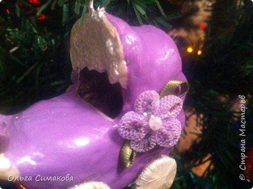 На улице слякоть...:( А я все нагоняю на себя новогоднее настроение! На это раз коляска:) Делала я ее на форме из пластилина. Точно так же, как и сапожок. Подробности здесь: https://stranamasterov.ru/node/975547?c=favorite фото 2