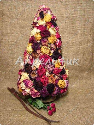 Доброго времени суток, всем заглянувшим на огонек! Хочу представить вашему вниманию новогоднее дерево из засушенных роз.  фото 3