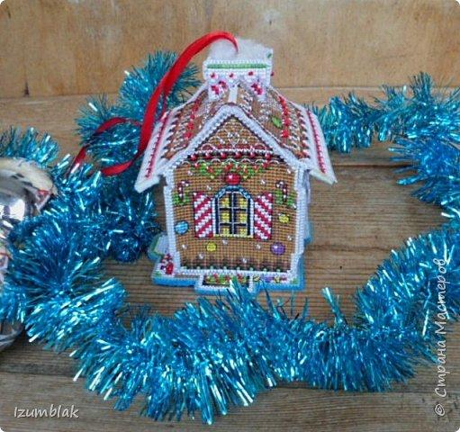 Пряничный домик от PANNA - вышитая на пластиковой канве игрушка на елку. Размеры: 10X12X12 см, 11 цветов мулине, 2 вида бисера.