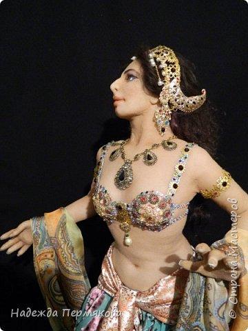 Мата Хари в переводе означает Око Зари - это имя танцовщицы мне почему то нравится больше. Кукла размером 60 см, но смотрится мельче. Наполнитель сентипон, обтяжка капроновый материал. внутри гнущийся подвижный каркас, кукла очень легкая почти невесомая. украшения сделаны вручную, волосы натуральный мех ангорской козы. фото 4