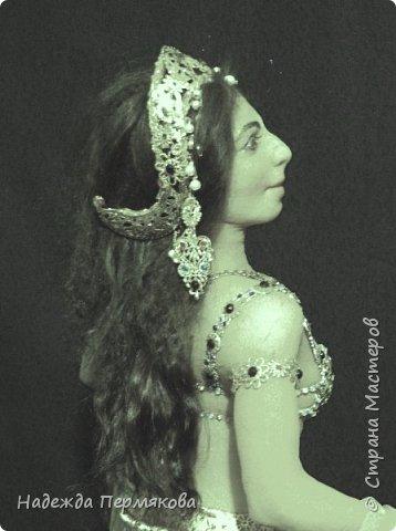 Мата Хари в переводе означает Око Зари - это имя танцовщицы мне почему то нравится больше. Кукла размером 60 см, но смотрится мельче. Наполнитель сентипон, обтяжка капроновый материал. внутри гнущийся подвижный каркас, кукла очень легкая почти невесомая. украшения сделаны вручную, волосы натуральный мех ангорской козы. фото 3