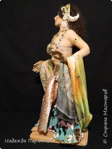 Мата Хари в переводе означает Око Зари - это имя танцовщицы мне почему то нравится больше. Кукла размером 60 см, но смотрится мельче. Наполнитель сентипон, обтяжка капроновый материал. внутри гнущийся подвижный каркас, кукла очень легкая почти невесомая. украшения сделаны вручную, волосы натуральный мех ангорской козы. фото 6