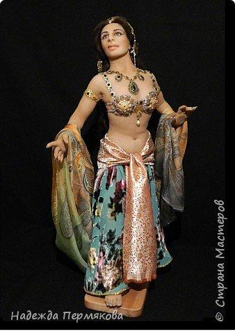 Мата Хари в переводе означает Око Зари - это имя танцовщицы мне почему то нравится больше. Кукла размером 60 см, но смотрится мельче. Наполнитель сентипон, обтяжка капроновый материал. внутри гнущийся подвижный каркас, кукла очень легкая почти невесомая. украшения сделаны вручную, волосы натуральный мех ангорской козы. фото 1